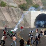 Padres de los 43 estudiantes desaparecidos en Ayotzinapa y policías se enfrentaron en el sur de México.