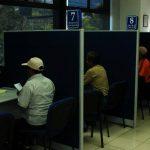 Los cotizantes de las AFP prestan dinero al Gobierno para que este pague las pensiones de los jubilados del sistema público. foto edh