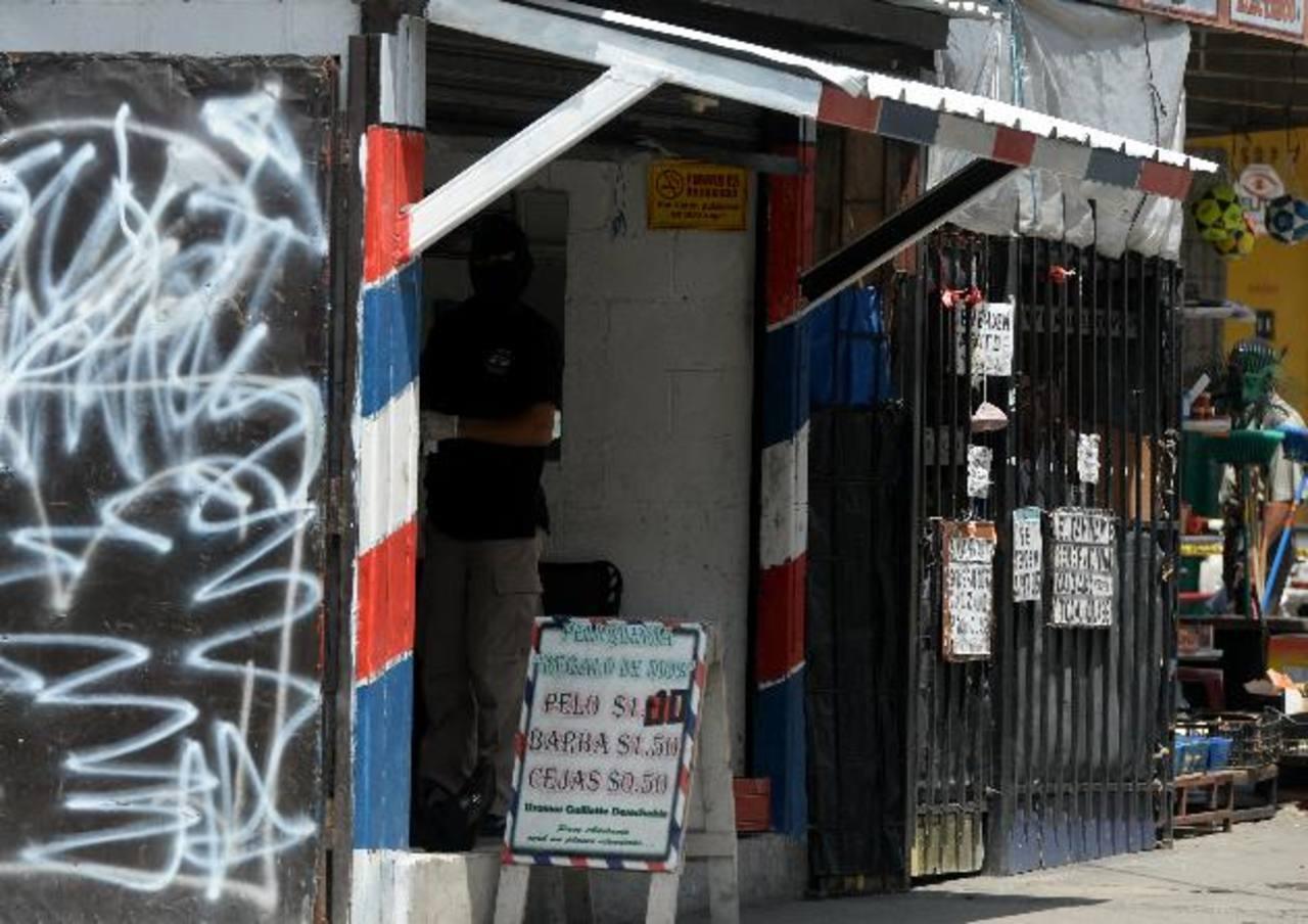 Orlando Rafael Martínez, de 22 años, fue asesinado ayer en el interior de una barbería. Foto EDH / Marlon Hernández.