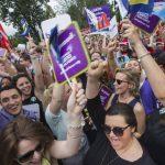 Cientos celebraron ayer frente al Tribunal Supremo el fallo que legaliza el matrimonio homosexual en todo el país. fotos edh / EFEVarias personas despliegan una bandera que denominan como de la igualdad, durante una manifestación ayer en Washington.