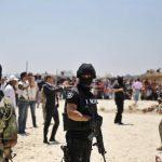 Efectivos de las Fuerzas de Seguridad tunecinas vigilan la playa donde se produjo el atentado durante una ofrenda floral cerca del hotel Imperial Marhaba en Susa.