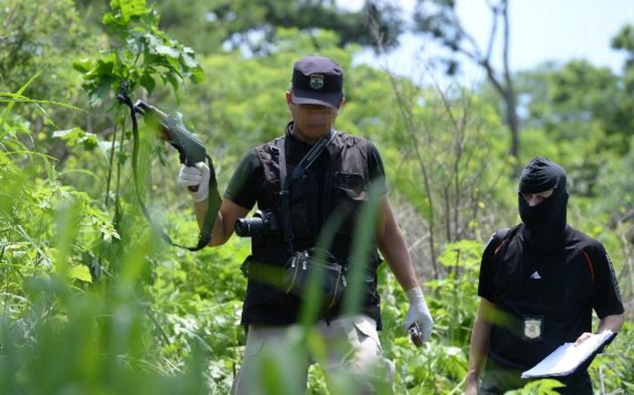 En la escena donde dos pandilleros de la MS y policías se enfrentaron ayer, a balazos, fue encontrado un fusil AK-47 y un revólver. Foto EDH / Húber Rosales.