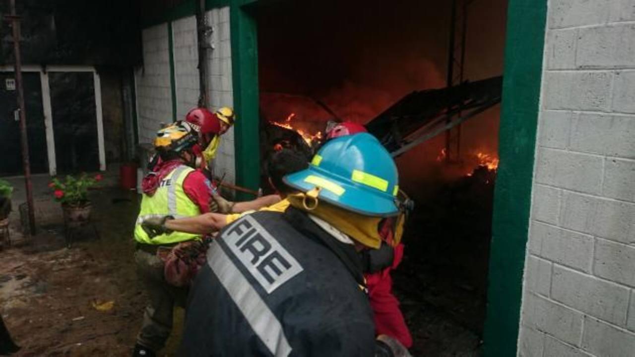 FOTOS: Incendio en bodega del barrio San Miguelito
