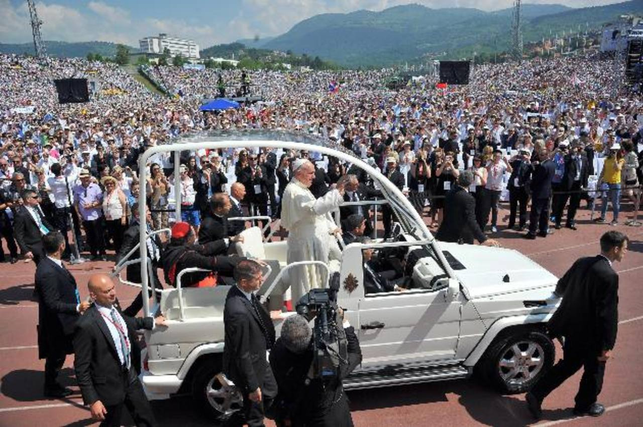 El Papa Francisco saluda a los miles de fieles, que se congregaron para oir su mensaje, desde su papamóvil ayer a su llegada a Sarajevo, en Bosnia-Herzegovina. foto edh /EFE