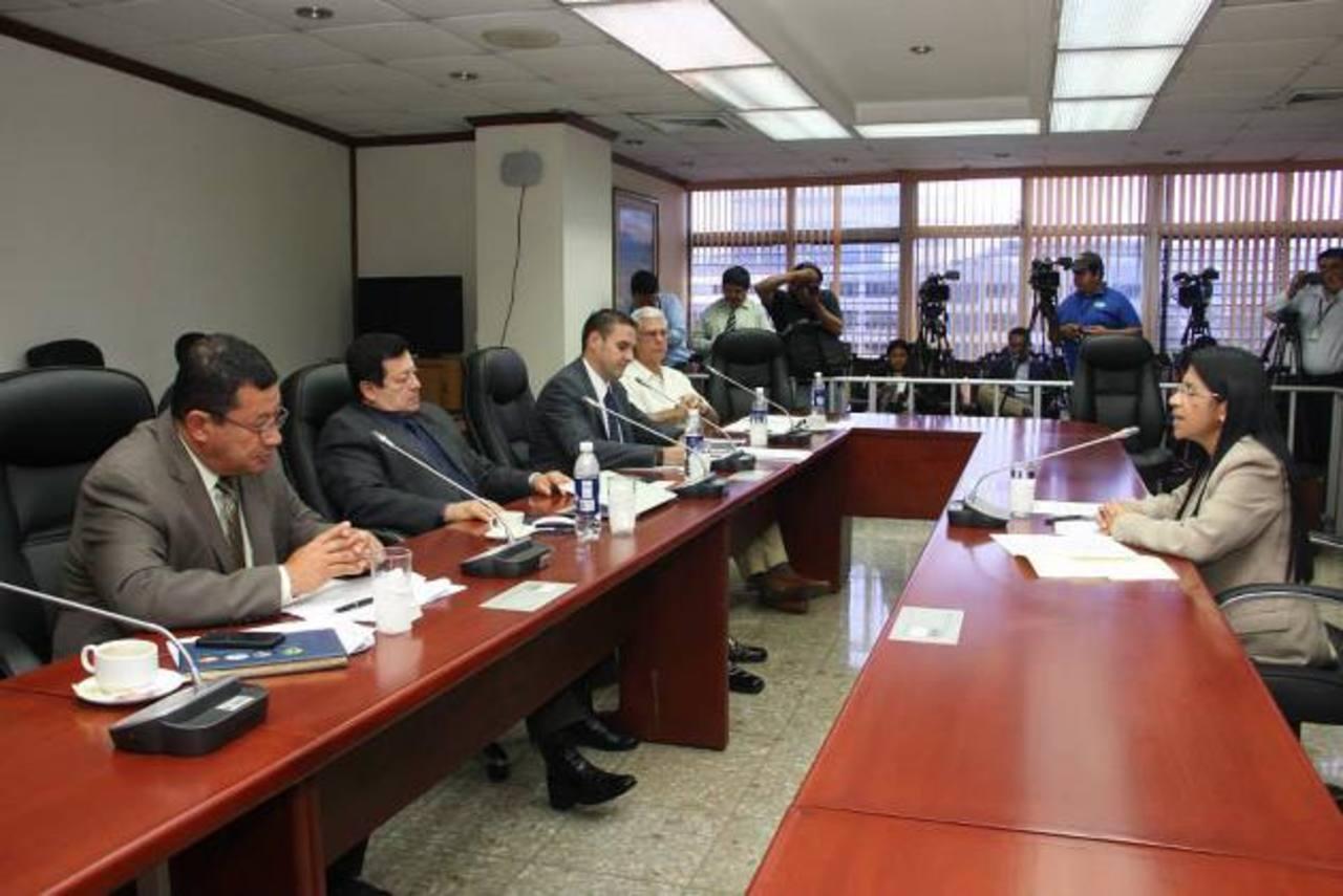 La fiscal adjunta Paula Patricia Velásquez es entrevistada por los diputados ayer en la Asamblea para magistrada de la CSJ. foto edh / cortesía asamblea legislativa