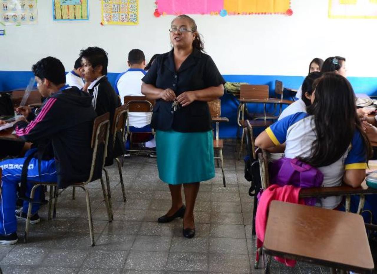 La maestra Armida Reyes, del Centro Escolar José María Cáceres, de Zaragoza, aplica una metodología dinámica que aprendió como parte de un proyecto de USAID. foto EDH / Mauricio Cáceres