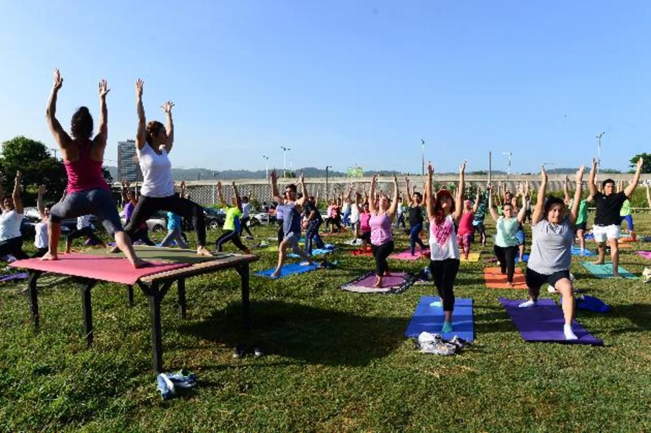 Las posturas del yoga involucran un cuadre y apertura de cadera, tener el pecho activo, igual que el abdomen, entre otras. Fotos EDH / Jorge Reyes