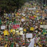 Los brasileños se han visto obligados a a salir a las calles a exigir un alto a la corrupción, tras el escándalo de corrupción en la estatal Petrobras, que ha salpicado al partido oficial y al mismo gobierno de la presidenta, Dilma Rousseff. Foto EDH