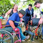 Cristian Rivera recibe su nueva silla de ruedas donada por Club Rotario Cuscatlán.