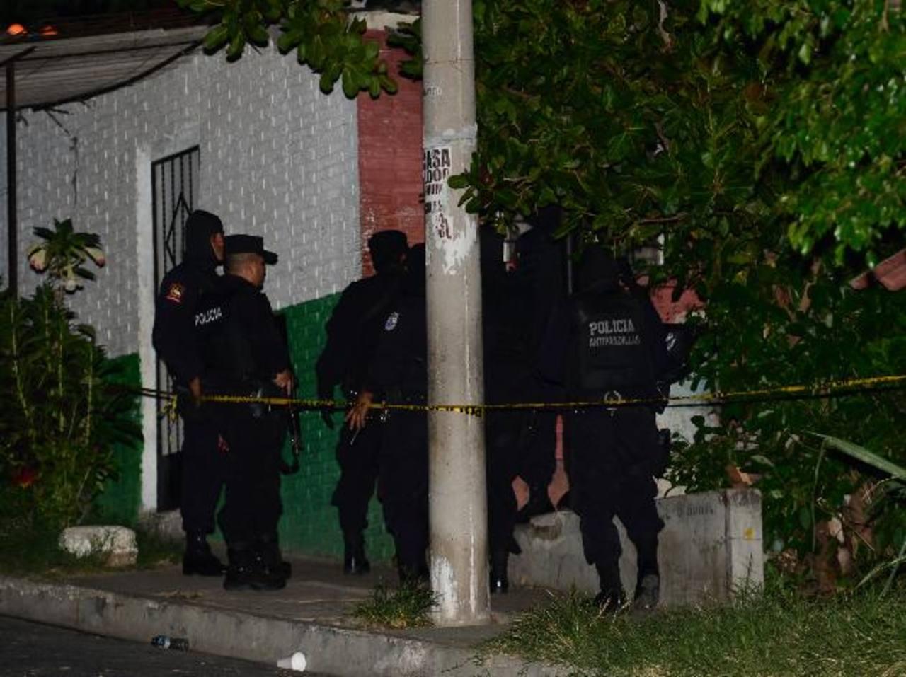 En el pasaje 6 de la urbanización Valle Verde 3, Apopa, un cabo de la PNC fue asesinado por pandilleros. Foto EDH /