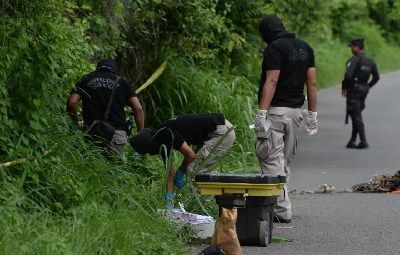 La Policía procesa la escena donde un investigador y su esposa fueron atacados a balazos, ayer, en la calle a San Matías, La Libertad. Foto EDH / Jaime Anaya