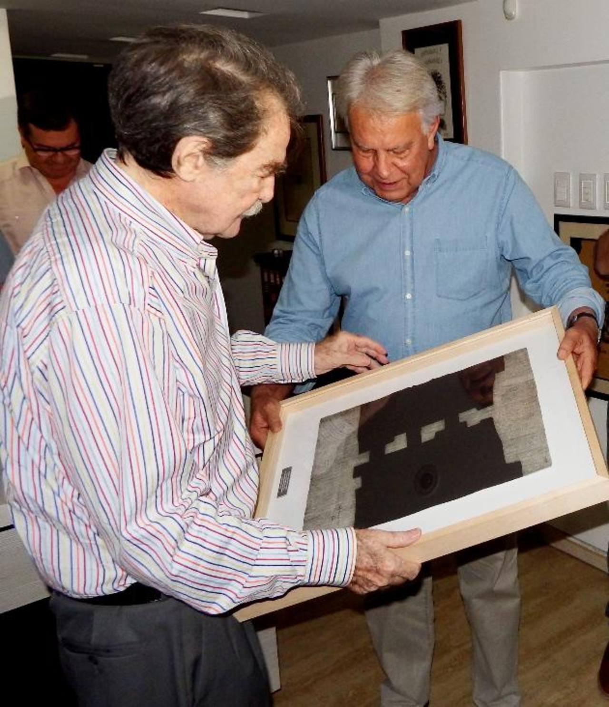 Expresidente español Felipe González entrega el premio Ortega y Gasset a Teodoro Petkoff, director de Tal Cual. edh /EFE