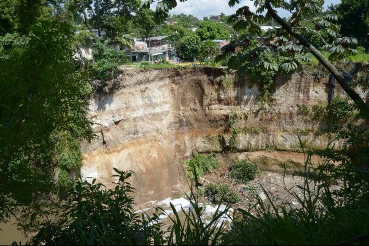 Los derrumbes y deslizamientos son otros factores de riesgo para las comunidades de la capital. Foto EDH / Archivo