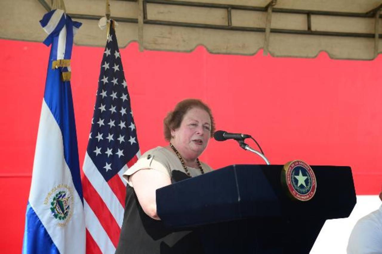 La diplomática visitó ayer en Acajutla, Sonsonate, el buque hospital que dará asistencia médica. Foto EDH / miguel villalta
