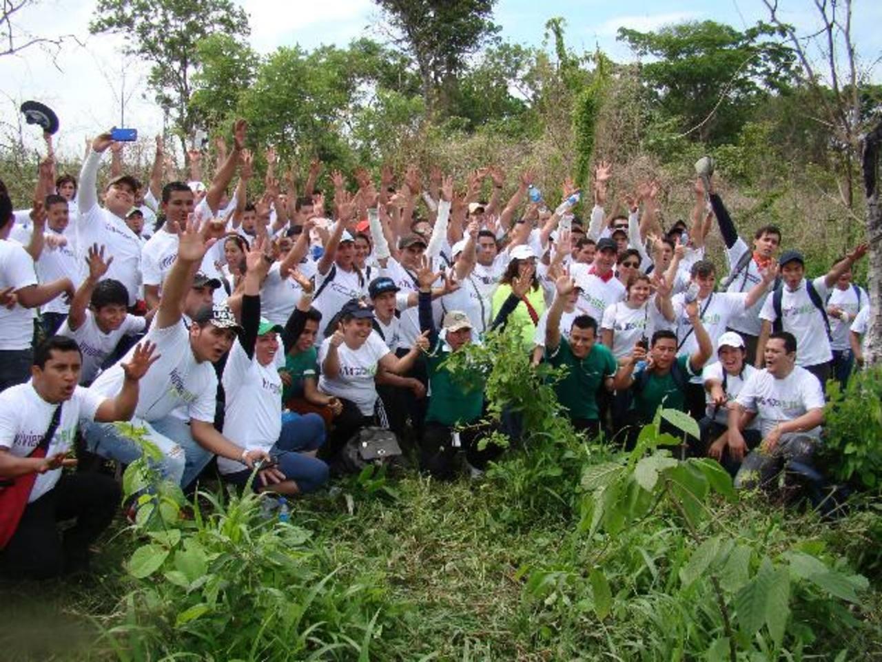 Los voluntarios en un momento de convivencia durante la jornada. Foto EDH / Cortesía