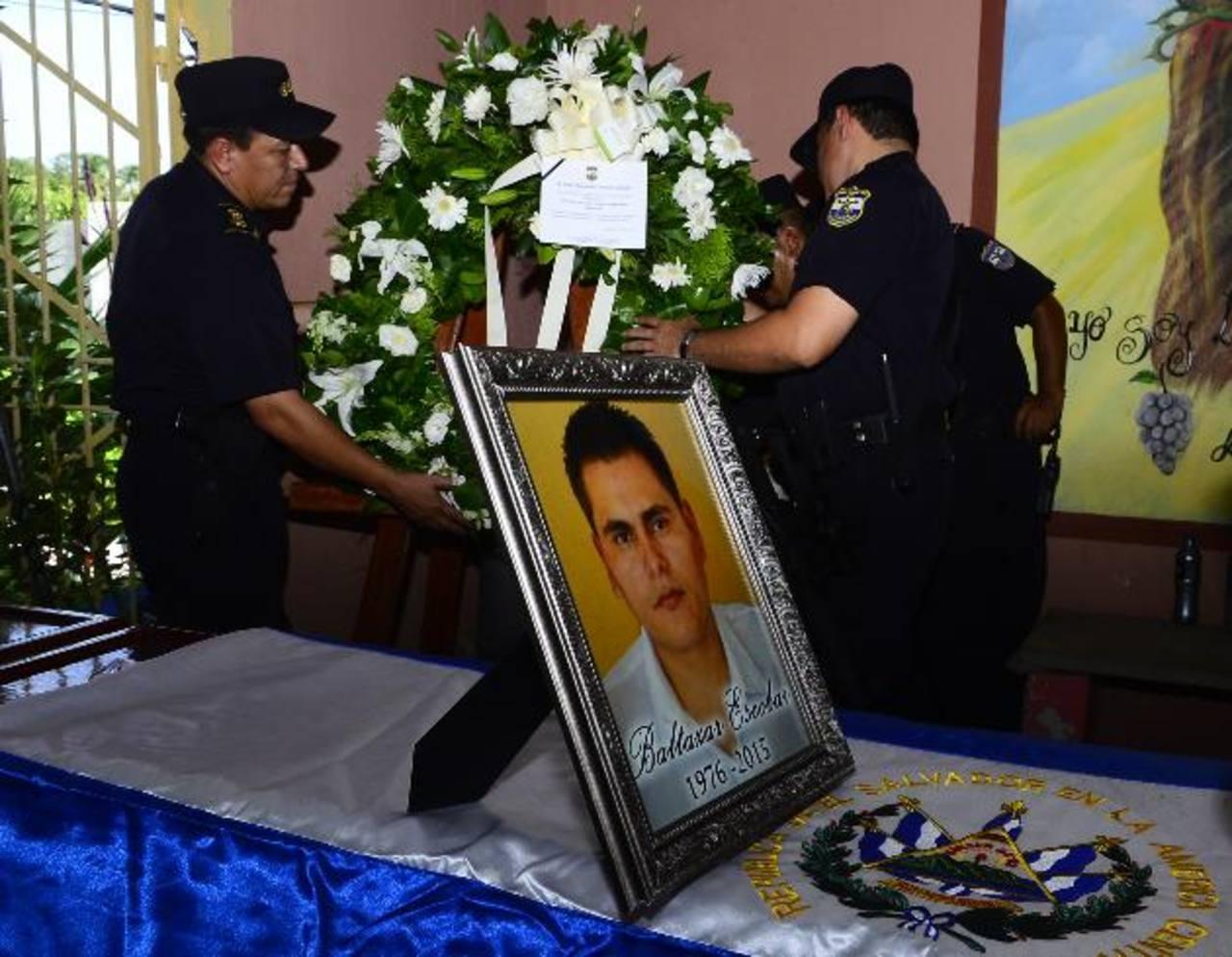 El policía Baltazar Escobar fue sepultado ayer, tras ser asesinado el día del padre cuando regresaba con sus familiares de departir. Foto EDH / rené estrada