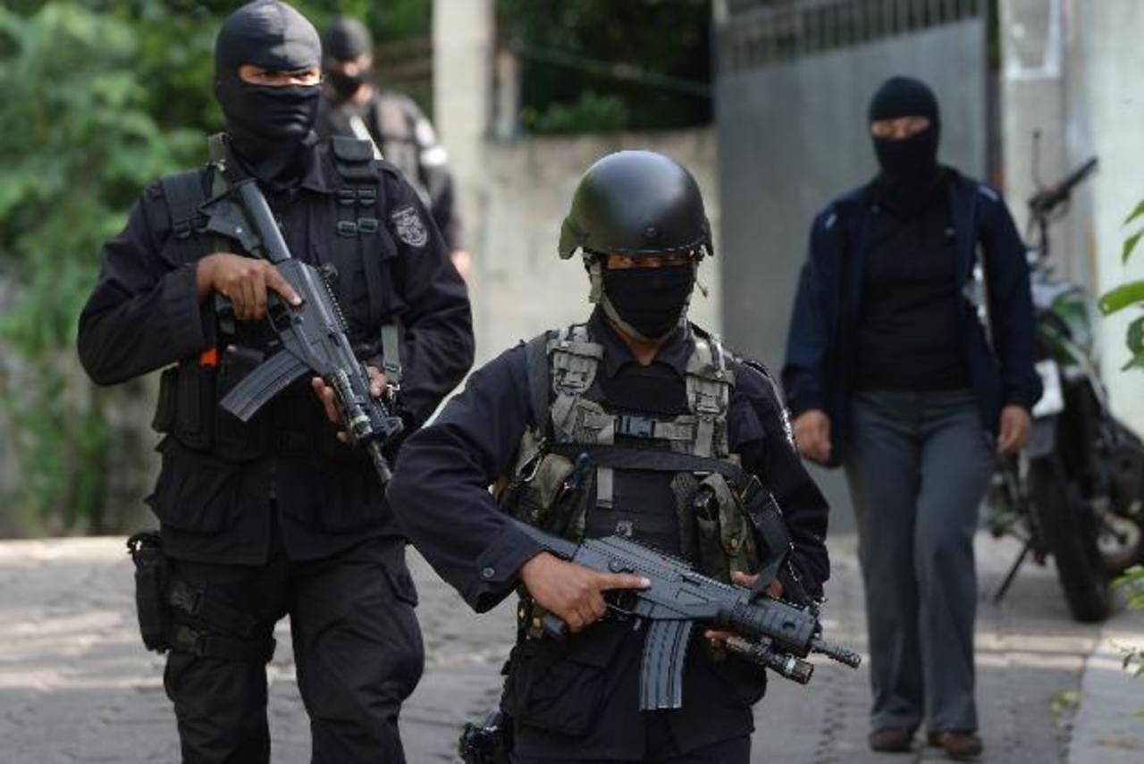 Policías patrullaron ayer colonias de Apopa en busca de homicidas del agente. Foto EDH / J. Anaya