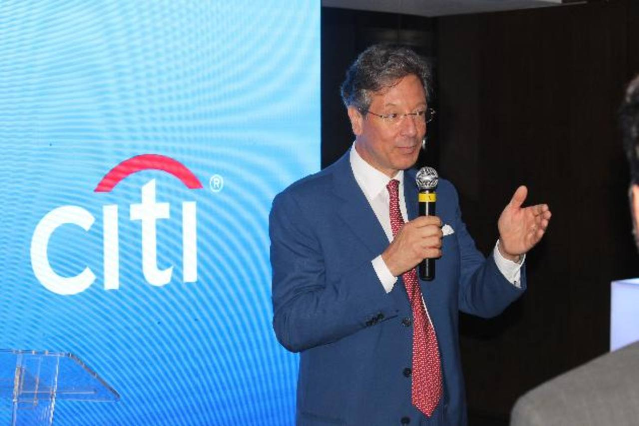 Francesco Vanni, CEO de Citi Holdings, hombro a hombro con las mujeres