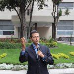 El presidente de México, Enrique Peña Nieto, responde a las preguntas de los representantes de los medios de comunicación durante su salida del Hospital Militar.