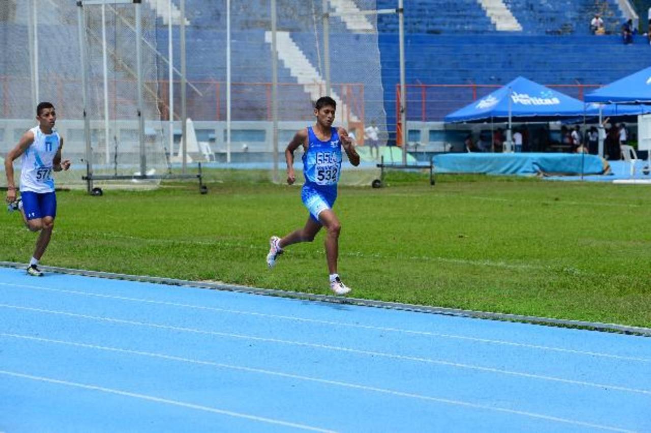 El salvadoreño César Peraza (der.) fue el campeón juvenil A de los 3,000 metros con obstáculos, superando al chapín Rodrigo Garnica. Fotos EDH/ Jorge Reyes