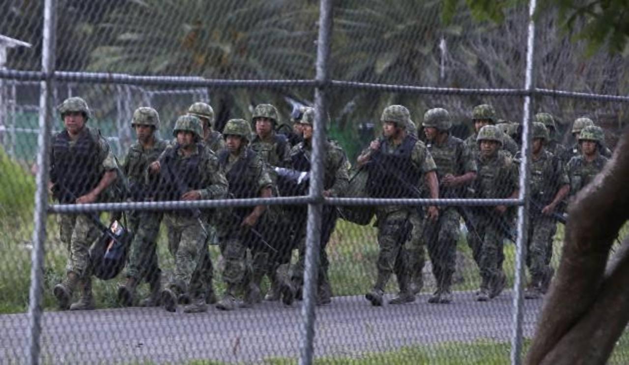 Integrantes del ejército mexicano al arribar al aeropuerto internacional de Oaxaca, México, como parte del operativo nacional. Foto EDH / efe