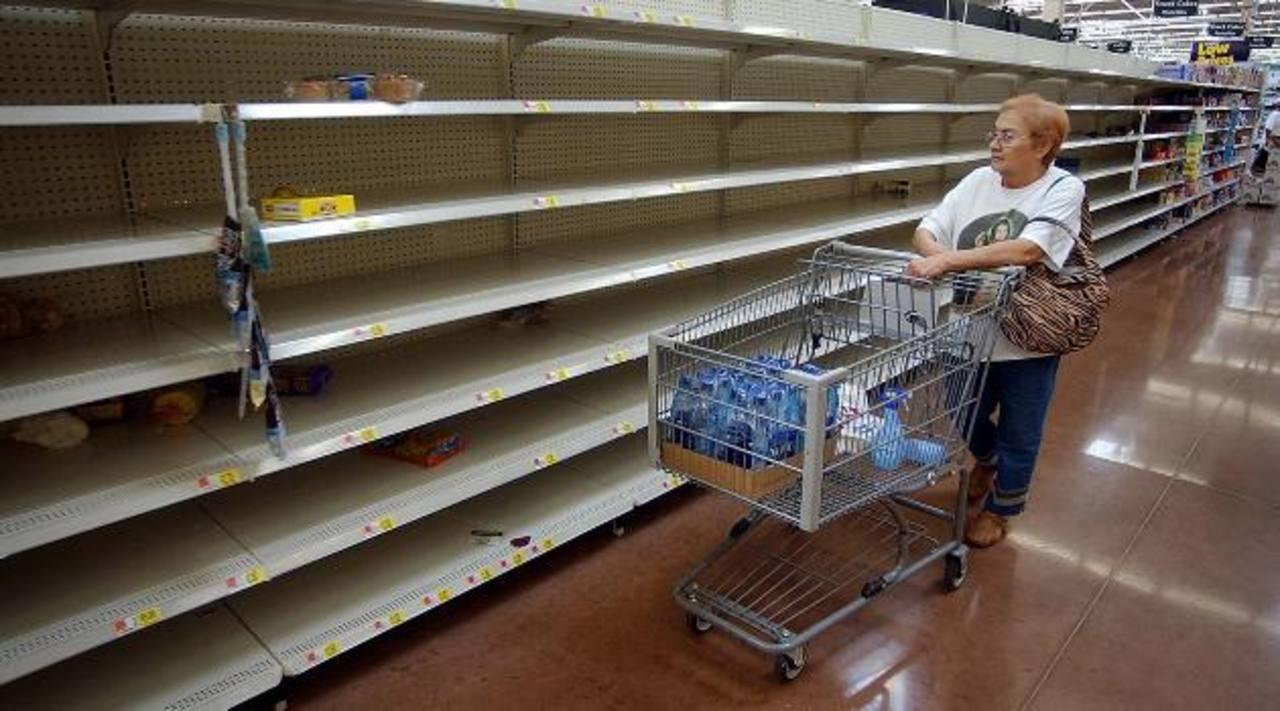 Una venezolana recorre una tienda con estantes vacíos. El gobierno chavista no logra superar la escasez de alimentos, medicamentos y otros productos básicos para sus ciudadanos.