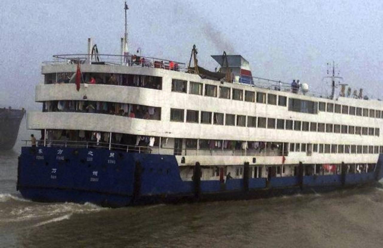 Recuperan cuerpos tras naufragio en China; 360 desaparecidos