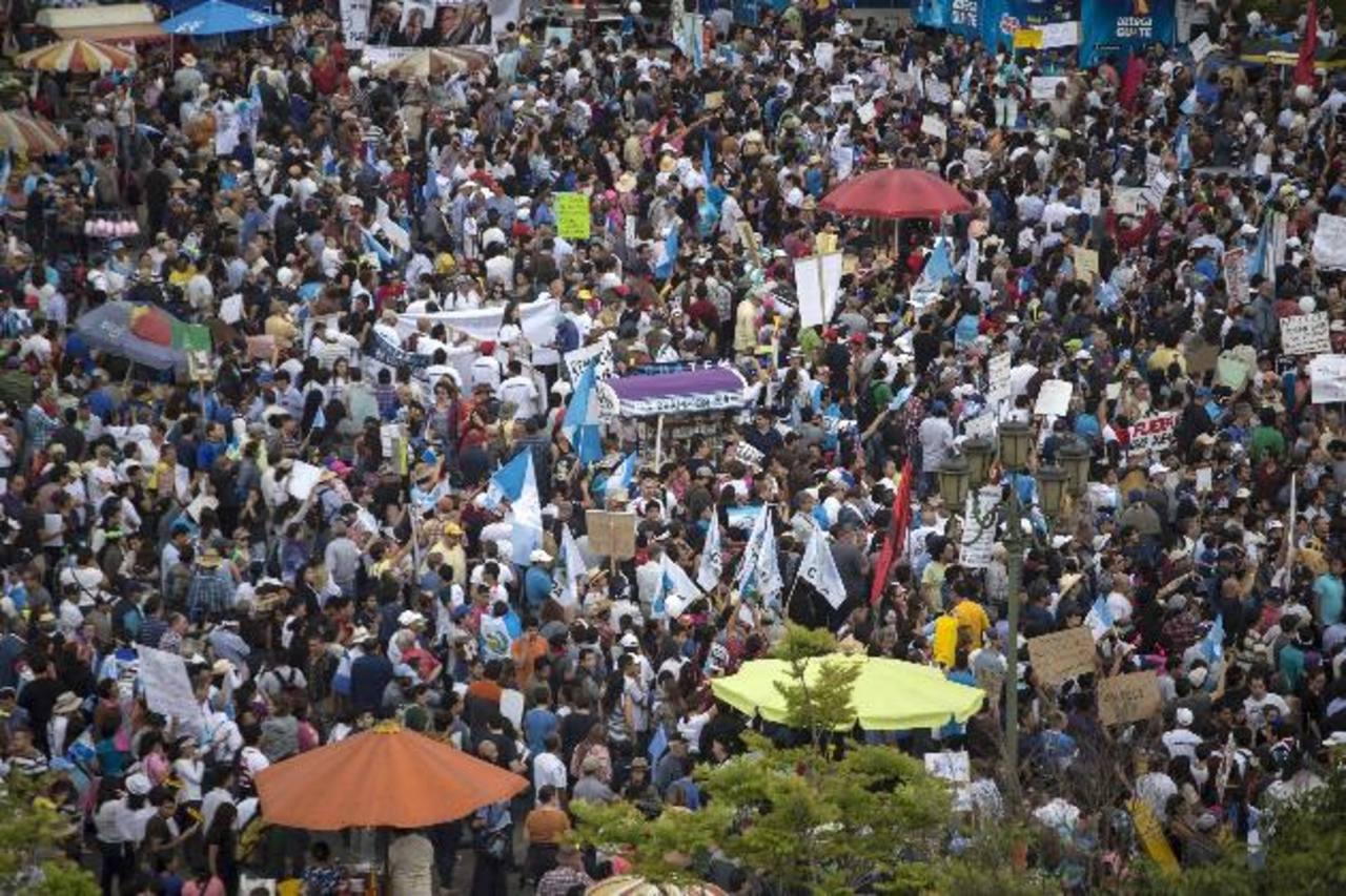 Manifestantes claman purga del sistema y renuncia de Presidente en Guatemala