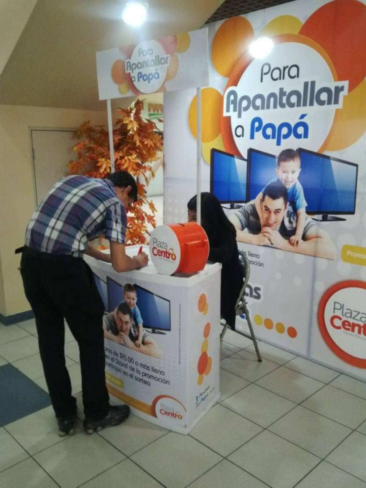 Por cada quince dólares en compras, los clientes podrán llenar un cupón para participar de la rifa. Foto EDH / Xenia Zepeda.