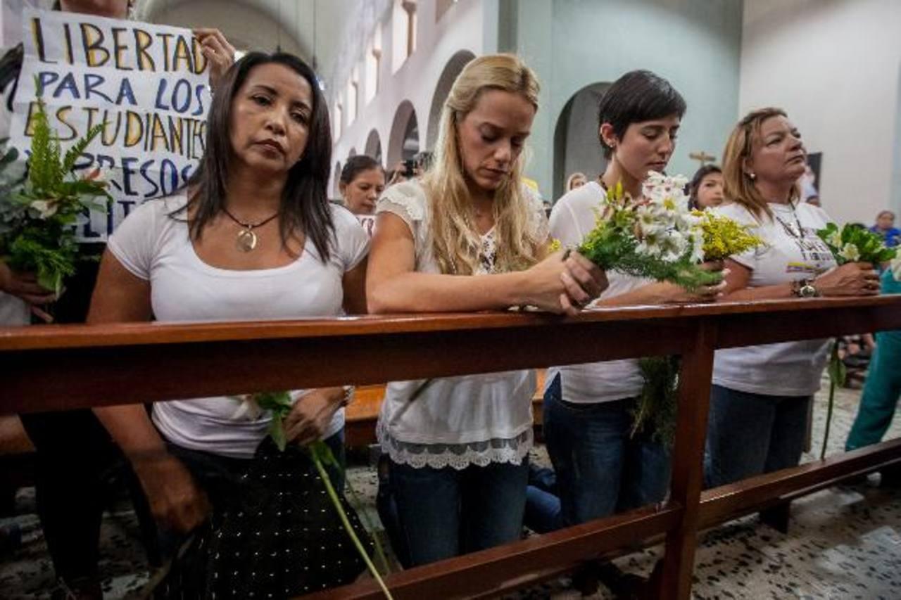 Lilian Tintori, esposa de Leopoldo López y Patricia de Ceballos, esposa de Daniel Ceballos, ayer en la vigilia. foto edh / EFE