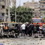 Miembros de las Fuerzas de Seguridad inspeccionan la escena de un atentado contra el fiscal general egipcio, Hisham Baraka.