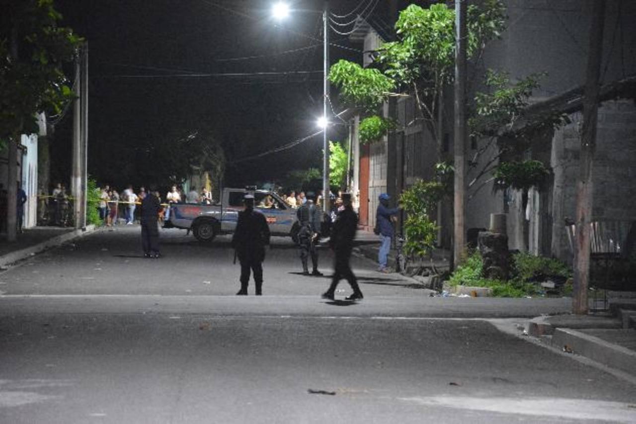 Las víctimas departían en la acera, cuando les dispararon desde un vehículo, informó la Policía. Foto EDH / Carlos Segovia