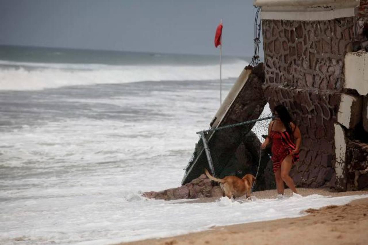 Las altas olas en el puerto de Mazatlán, México, propiciadas por la tormenta tropical Blanca.