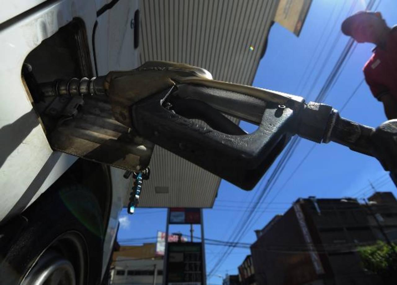 Pese al alza, los gasolineros no creen que los precios lleguen al mismo nivel que tenían en junio de 2014. foto EDH / Archivo