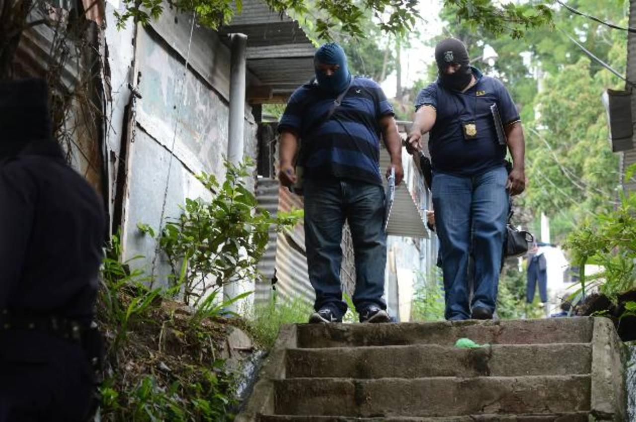 Las autoridades tardaron cerca de 10 horas en procesar la escena del triple homicidio en Cuscatancingo, por acumulación de trabajo. Foto EDH / Douglas Urquilla
