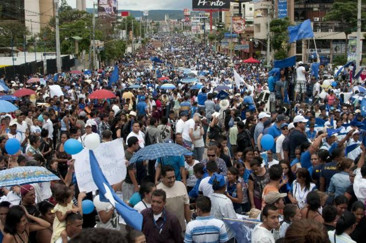 Miles de hondureños durante una marcha en junio 2015 en contra la corrupción y la impunidad y en apoyo al presidente de Honduras, Juan Orlando Hernández, por las calles de Tegucigalpa . foto edh / efe