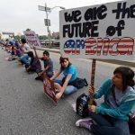 """Un grupo de los llamados """"dreamers"""" protesta contra el gobierno."""