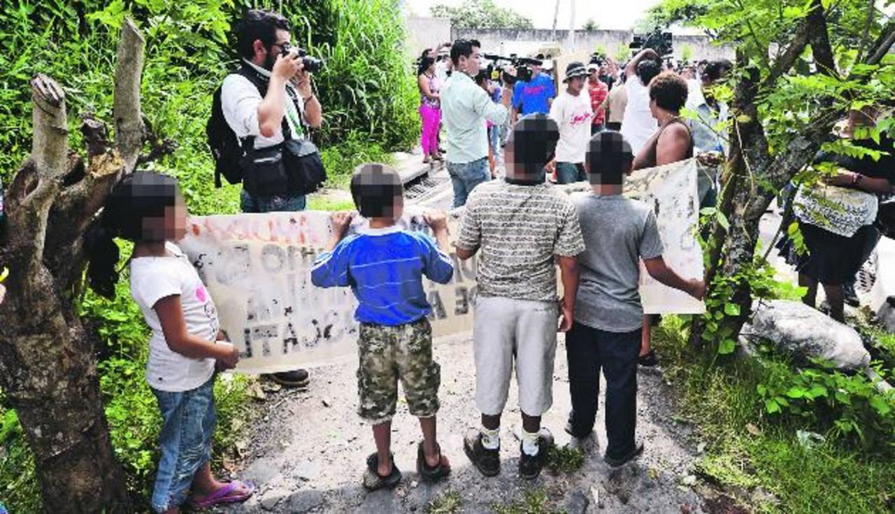 Ante la medida ordenada por el juzgado de Paz de Antiguo Cuscatlán, las familias obstaculizaron el paso en la calle El Pedregal, cerca de varios centros comerciales. La circulación de automotores se complicó por unos 45 minutos, lo que ocasionó males