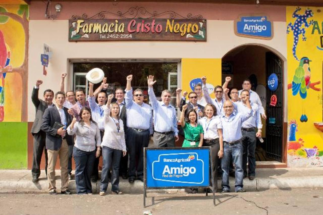 Representantes de Banco Agrícola y Bancolombia en la apertura del primer Corresponsal Financiero del país, en Juayúa, Sonsonate. foto banco agrícola