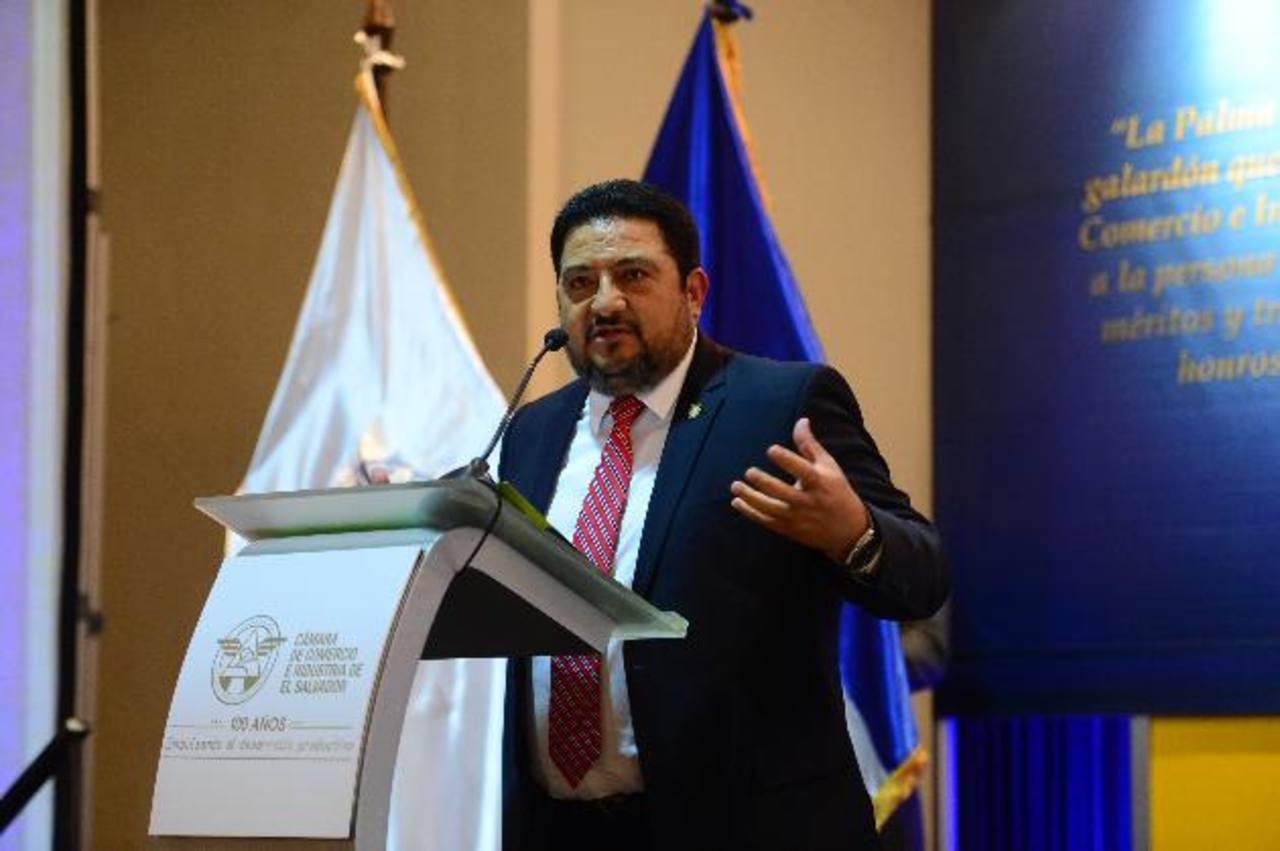 Armando Rosales, presidente de Fedecrédito, agradece el reconocimiento a la institución. Foto EDH / Omar carbonero