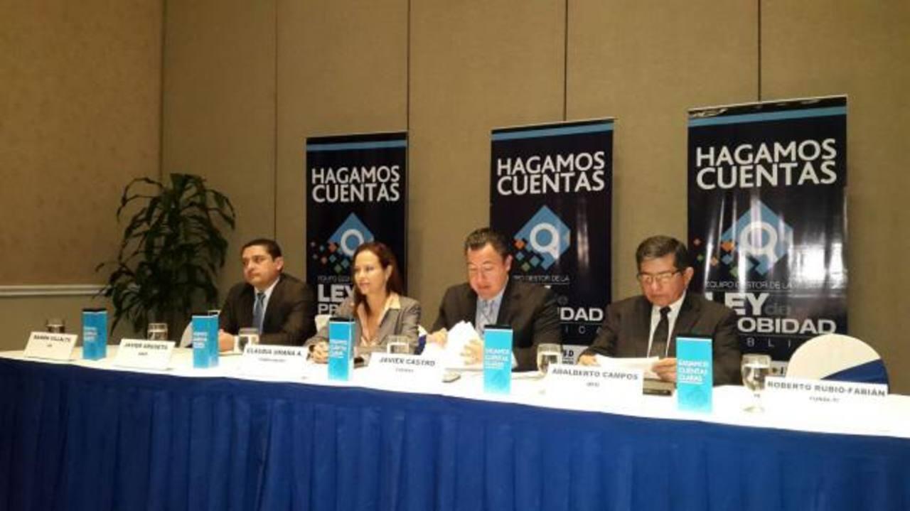 Miembros del Grupo Gestor de la Ley de Probidad anunciaron ayer la presentación de dicha ley. foto edh / Rafael Mendoza López