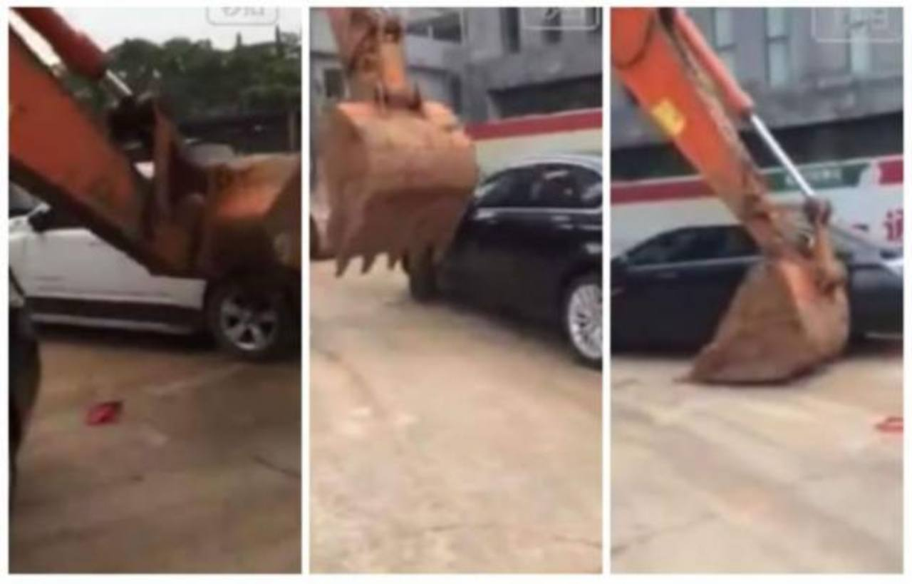 Video: Chino reacomoda autos mal estacionados... con una retroexvacadora
