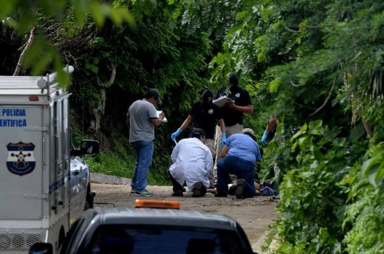 Los tres hombres, parientes entre sí, fueron sacados de la casa donde dormían y asesinados en la calle del cantón El Divisadero. Foto EDH / Marlon Hernández.