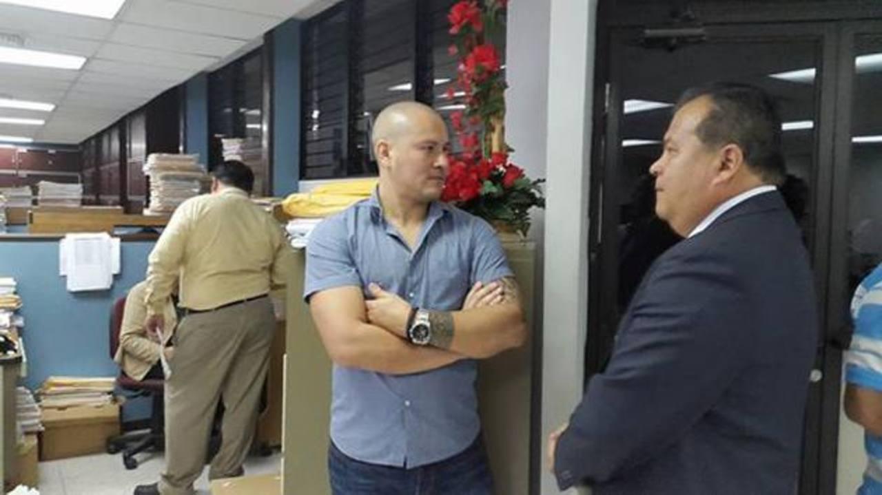 Dennis Alas llegó ayer al Juzgado Primero de Vigilancia Penitenciaria y Ejecución de la Pena. Foto EDH / Jaime García