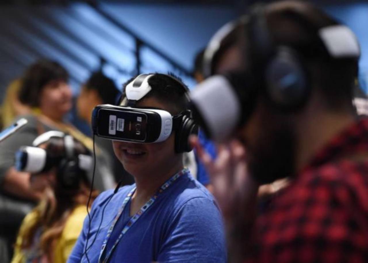 Un joven prueba un dispositivo de la firma de realidad virtual Oculus. foto EDH