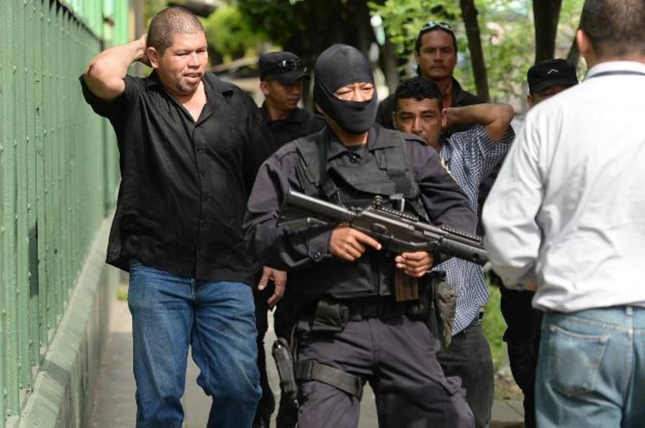 El estallido de violencia inició a las 8:30 de la mañana. La Policía, incluso, disparó al aire para disuadir a los manifestantes de ambos bandos sindicales. Foto EDH / Huber Rosales