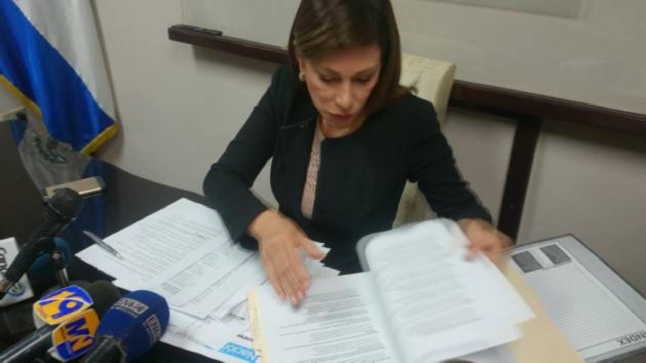 "Ana Vilma de Escobar reconoce como ""loable"" publicar lista de asesores"