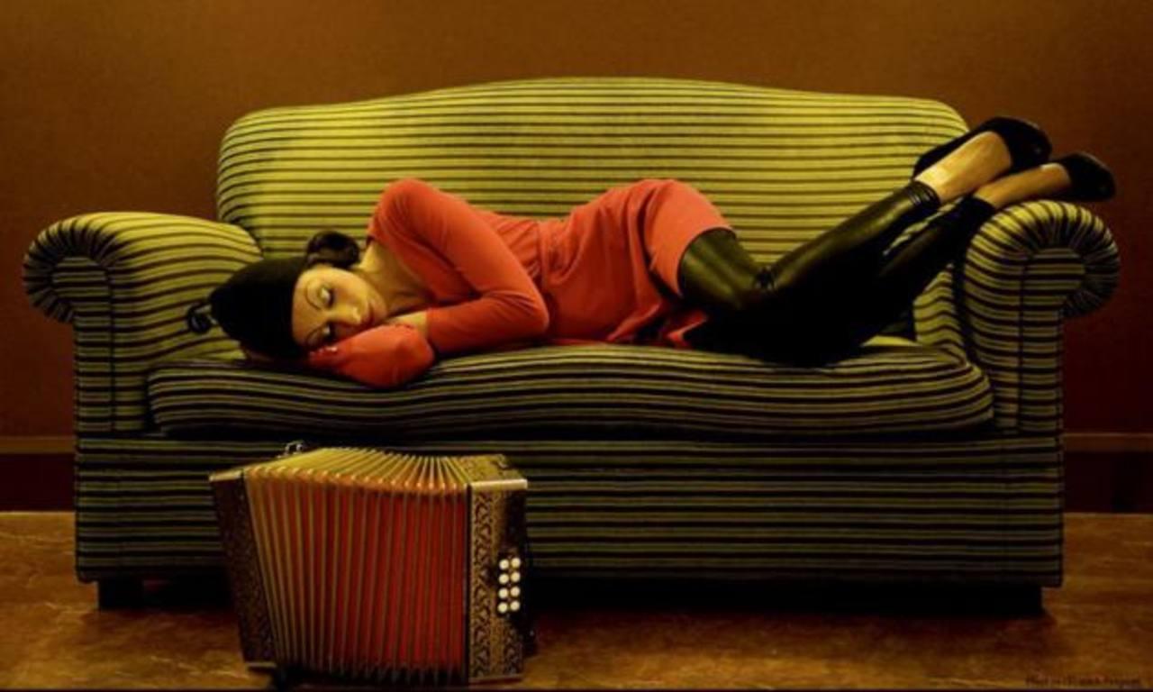 La artista francesa interpreta, además, el piano y la percusión. En sus shows, también canta. Foto EDH / Cortesía