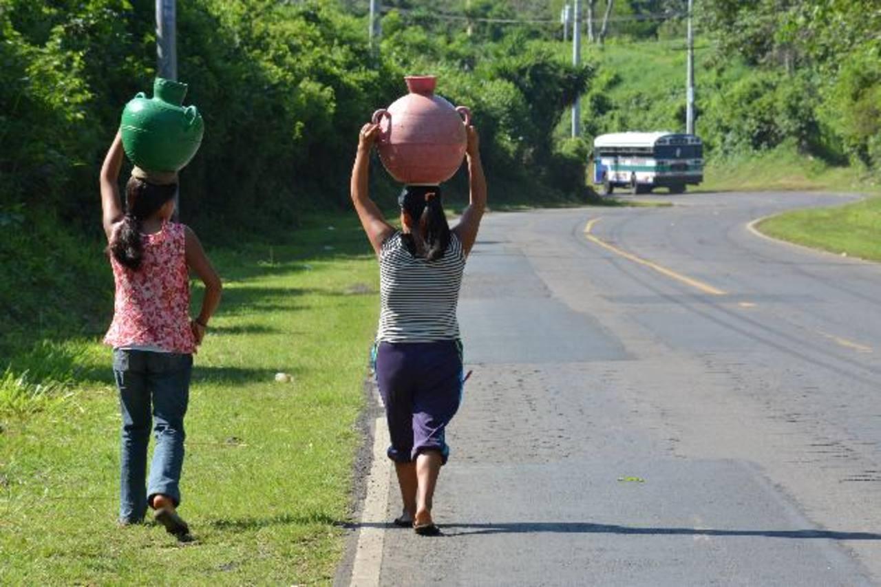 Los afectados señalan que se deben abastecer en una cantarera situada en carretera a Apaneca. Foto EDH / cristian díaz