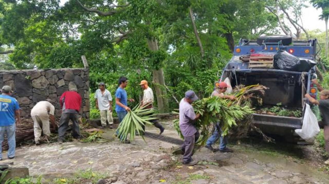 Realizan campaña de limpieza en lago Coatepeque
